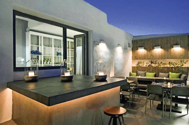 Ανακαινιση all day bar στην Πάρο, έργο της K.DIAKOSMOS-10